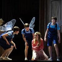 Mitglieder des Salzburger Festspiele und Theater Kinderchor und Laura Incko
